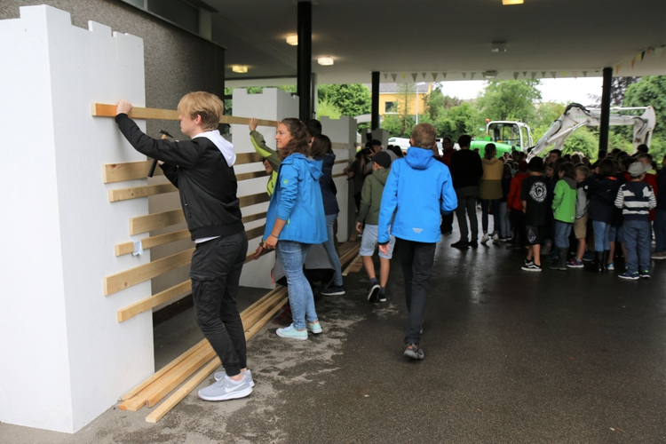 Bild: Larissa Flammer, Toggenburger Tagblatt / Schülerinnen und Schüler nageln symbolisch die Schulanlage Risi zu